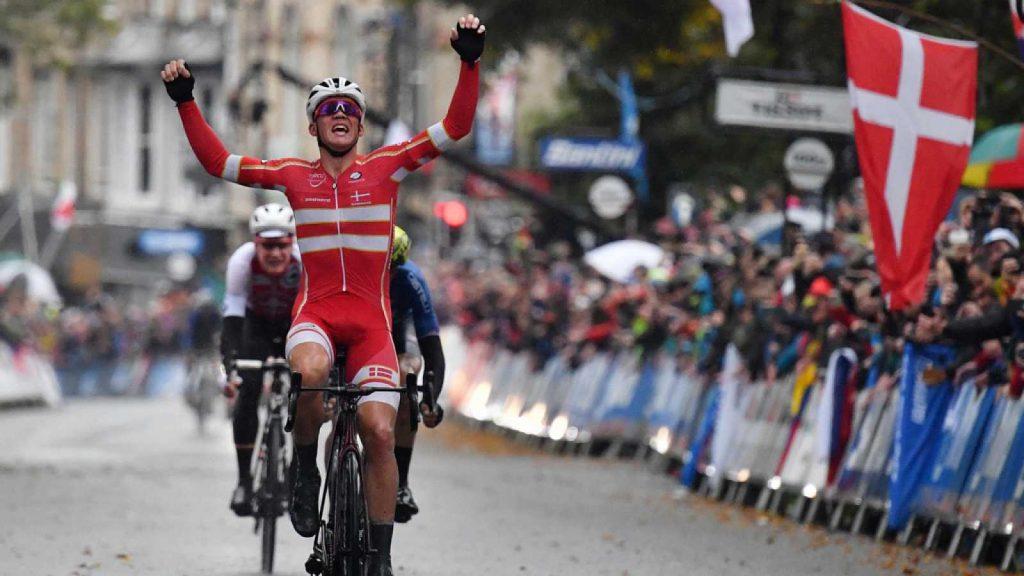 Pedersen entrando a meta en su victoria en el Mundial de ciclismo