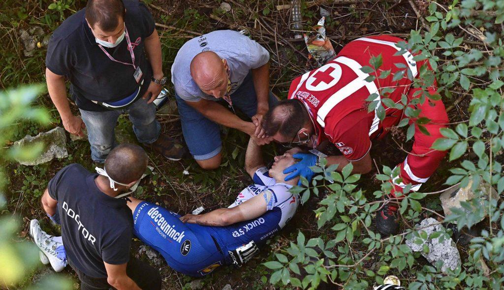 Remco Evenepoel en el suelo tras su dura caída en el Giro de Lombardia 2020