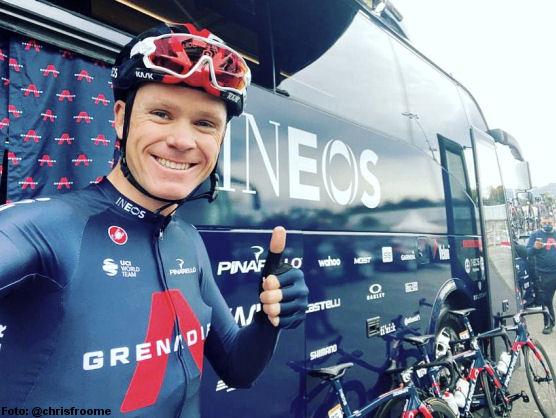 Chris Froome posa ante el autobus de Ineos Grenadier