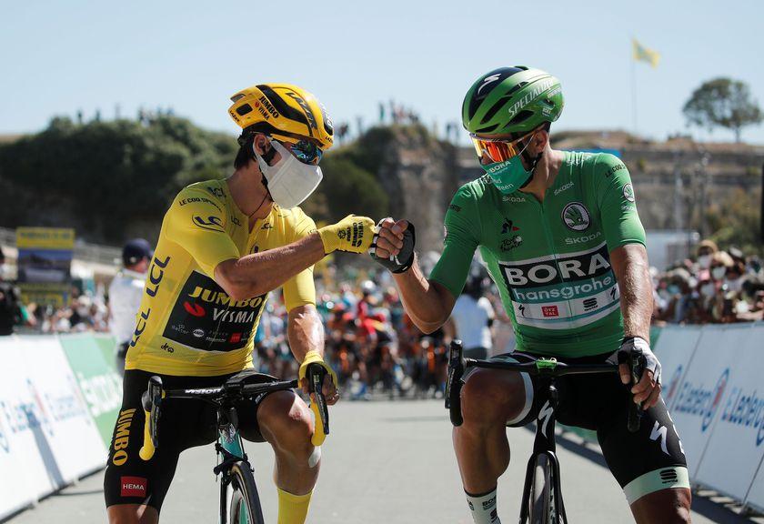 Sagan y Roglic en la salida de la 10ª etapa del Tour. Ataviados con mascarilla ambos ciclistas.