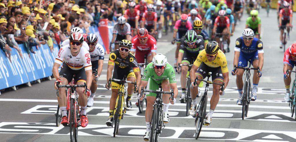 Llegada masiva de un pelotón ciclista