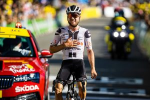 Hirschi alza los brazos en el Tour 2020