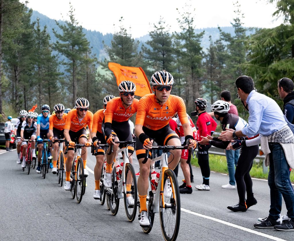 Euskaltel Euskadi tirando del pelotón