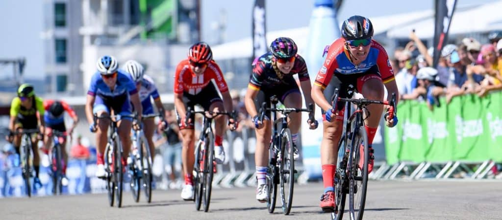 Sprint de un pelotón de ciclismo femenino