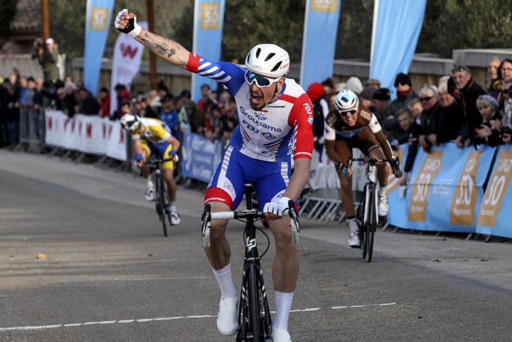 Ciclista levantando las manos en meta.
