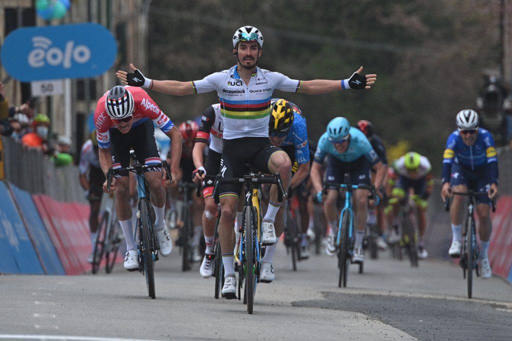 EwNVyPxXMAIMnWF 1024x683 - Julian Alaphilippe gana el sprint en cuesta de Chiusdino