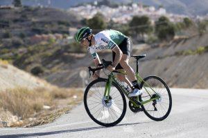 Jonathan Lastra de pie en su bicicleta