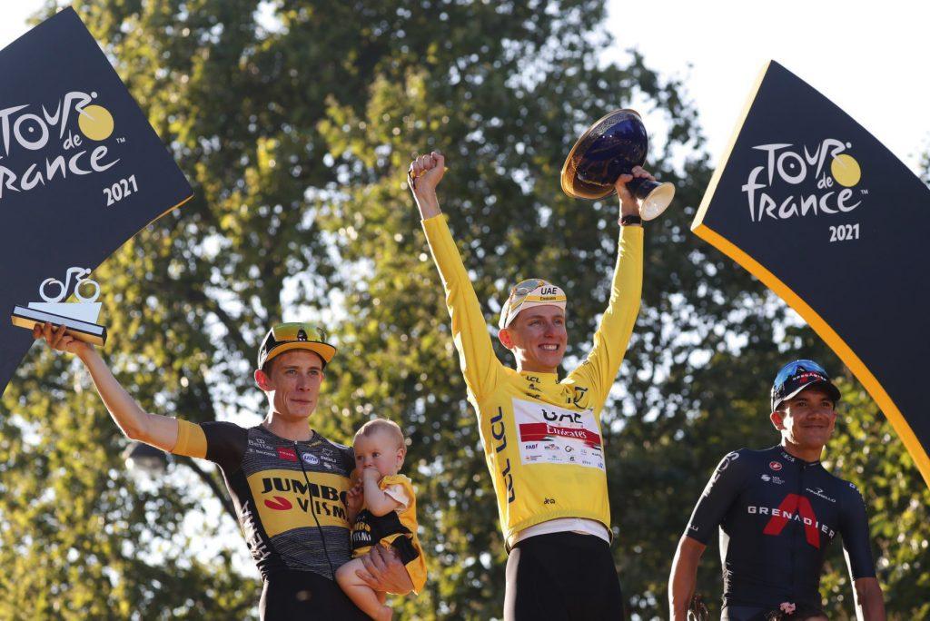 Richard Carapaz y Jonas Vingegaard acompañaron en el podio de Paris a Tadej Pogačar en un histórico e inolvidable Tour de Francia.